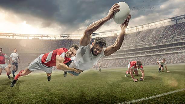 jugador de rugby abordado en mid aire dives de ranura - rugby fotografías e imágenes de stock