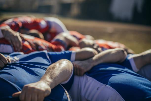 rugby-spieler umarmen - rugby stock-fotos und bilder
