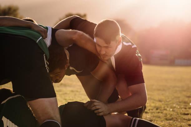 joueurs de rugby poussant dans une mêlée - photos de rugby photos et images de collection