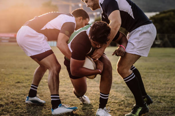 rugby-spieler bestrebt, den ball zu - rugby stock-fotos und bilder