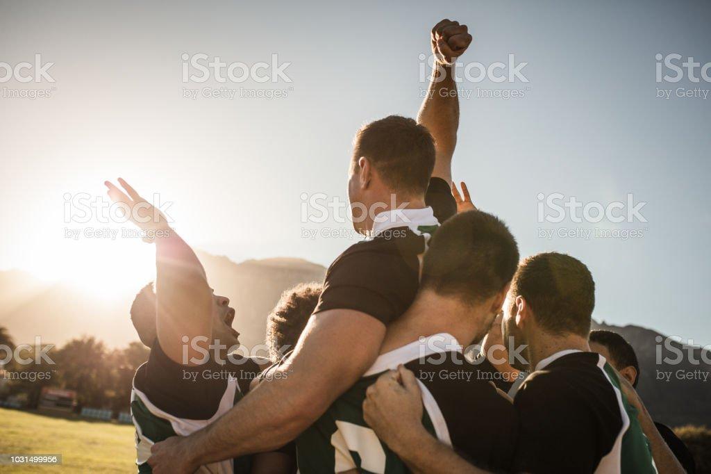 Équipe de rugby célébrant la victoire photo libre de droits