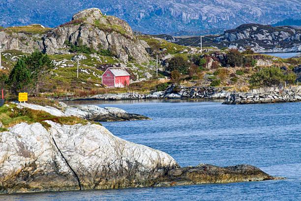 Rauen Küste mit isoliert Häusern nahe Floro, Norwegen – Foto