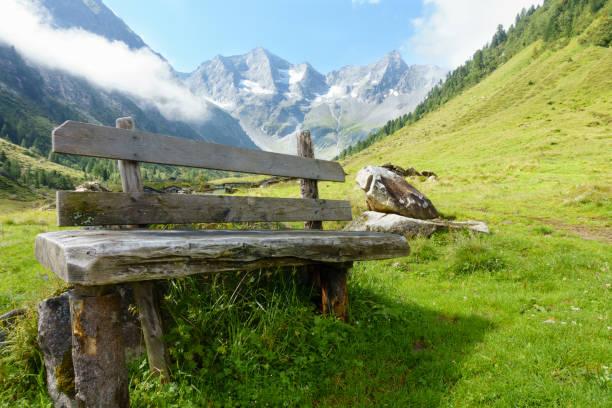 Ruhebank in Den Österreichsichen Alpen – Foto