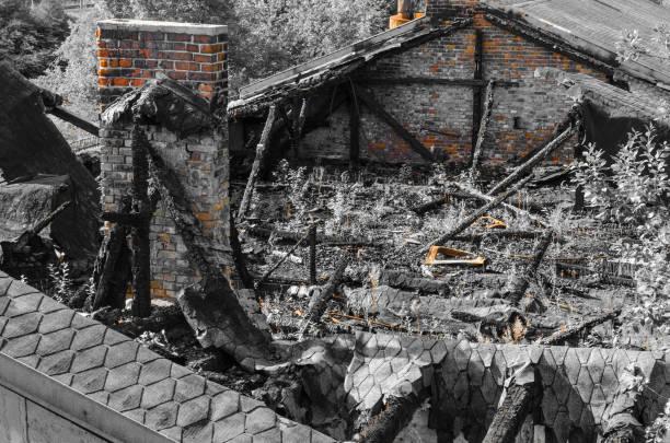 ruinen av ett bränt hus med förkolnade balkar - monokrom - brand sotiga fönster bildbanksfoton och bilder