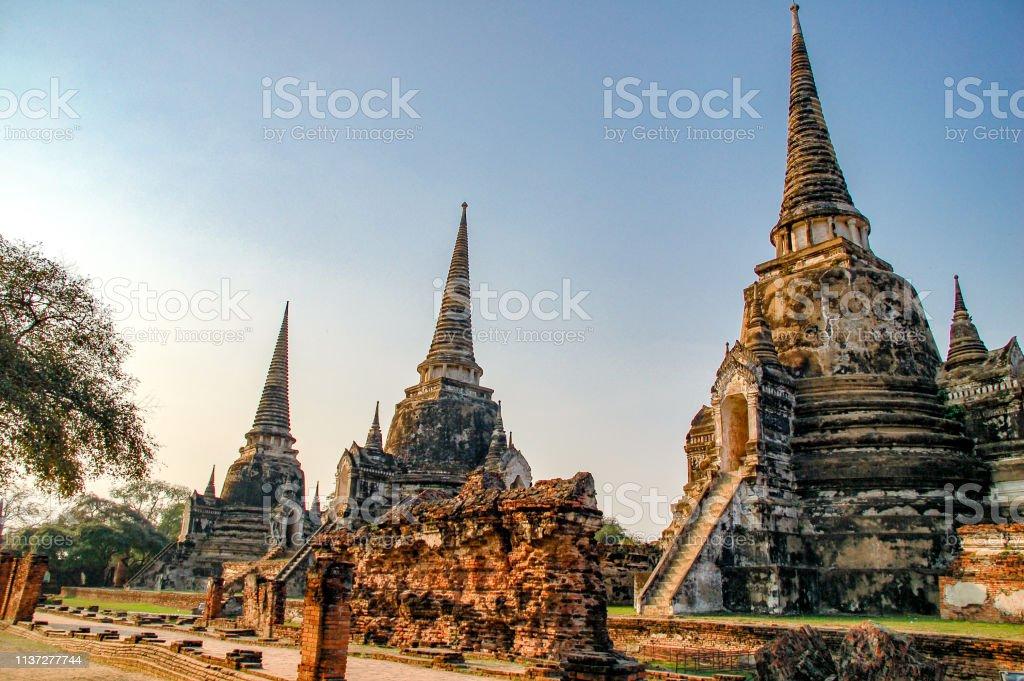 Ayutthaya, Tayland 'da Wat Mahathat 'ın harabeye. Günbatımı alacakaranlık ile Tayland Landmark tarihi tapınak. - Royalty-free Altın - Metal Stok görsel