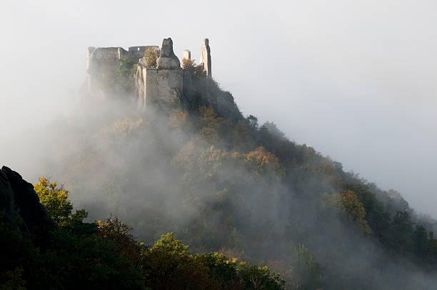 Ruine Dürnstein im Herbstnebel des Donautales der Wachau  ruine stock pictures, royalty-free photos & images