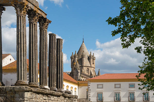 Ruine of a roman temple in Evora, Portugal The Temple of Diana is a Roman temple located right in the heart of the historic city of Évora, Portugal. In the distance one can see the dome of the cathedral of Evora. ruine stock pictures, royalty-free photos & images