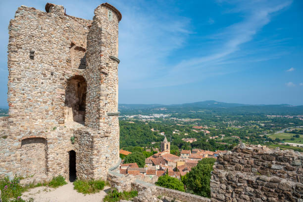 Ruine of the castle in Grimaud-Village Ruine of the castle Grimaud in Grimaud-Village in the Department Var of the province Provence-Alpes-Cote d´Azur ruine stock pictures, royalty-free photos & images