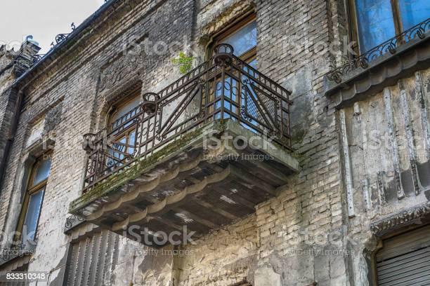Zerstörte Fassade Des Alten Gebäudes Mit Fenstern Und Balkon Mit Metallzaun Stockfoto und mehr Bilder von Achtlos