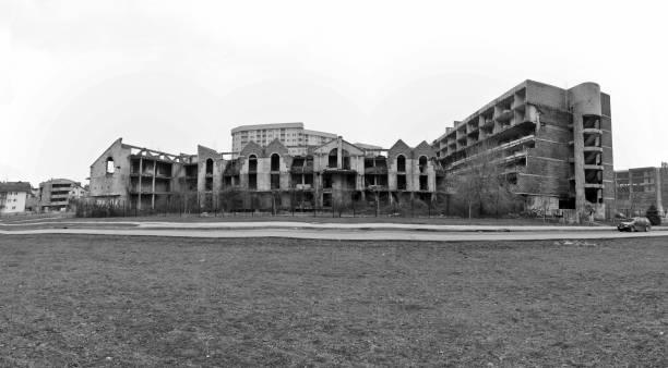 ruinas de hospitales, escuelas y edificios del gobierno después de la guerra de la bosnia herzigovina. feb de 2013 - antigua yugoslavia fotografías e imágenes de stock