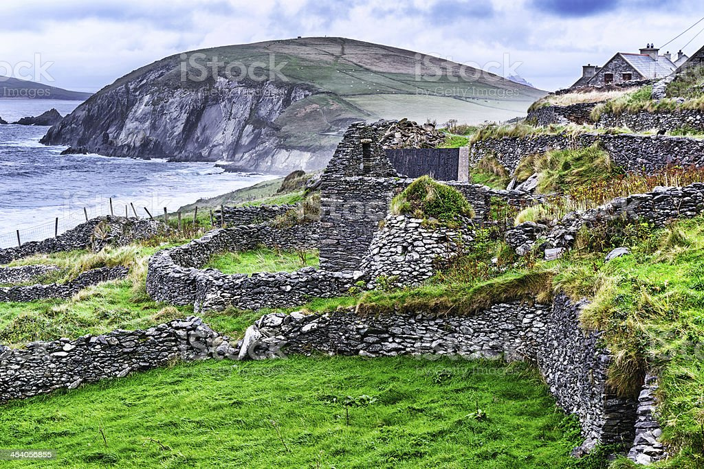 Ruined stone dwelling with beehive hut, Ireland stock photo