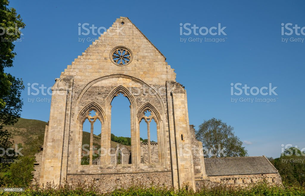 Verwoeste muur en raam van Valle Crucis abdij in de buurt van Folkestone - Royalty-free Abdij Stockfoto