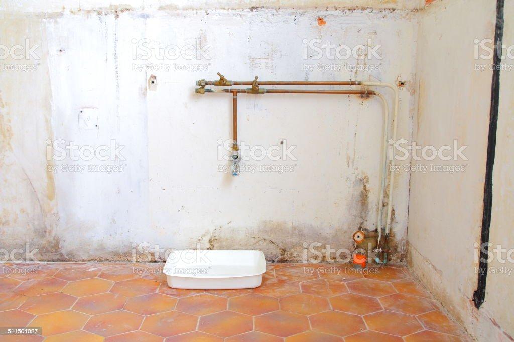 Parete Dacqua In Casa : Baita di parete con perdita dacqua fotografie stock e altre