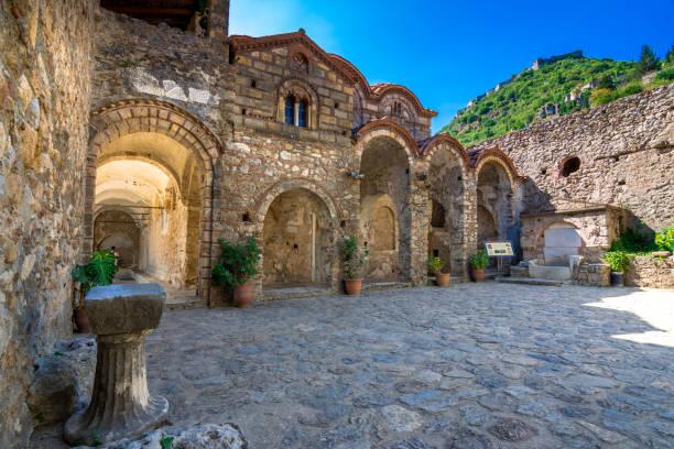 Ruinen und Kirchen auf die mittelalterliche byzantinische Geisterstadt-Burg von Mystras, Peloponnes, Griechenland – Foto