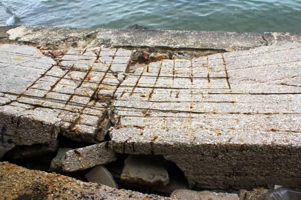 Ruines de structure abandonnée au bord de la mer - Photo