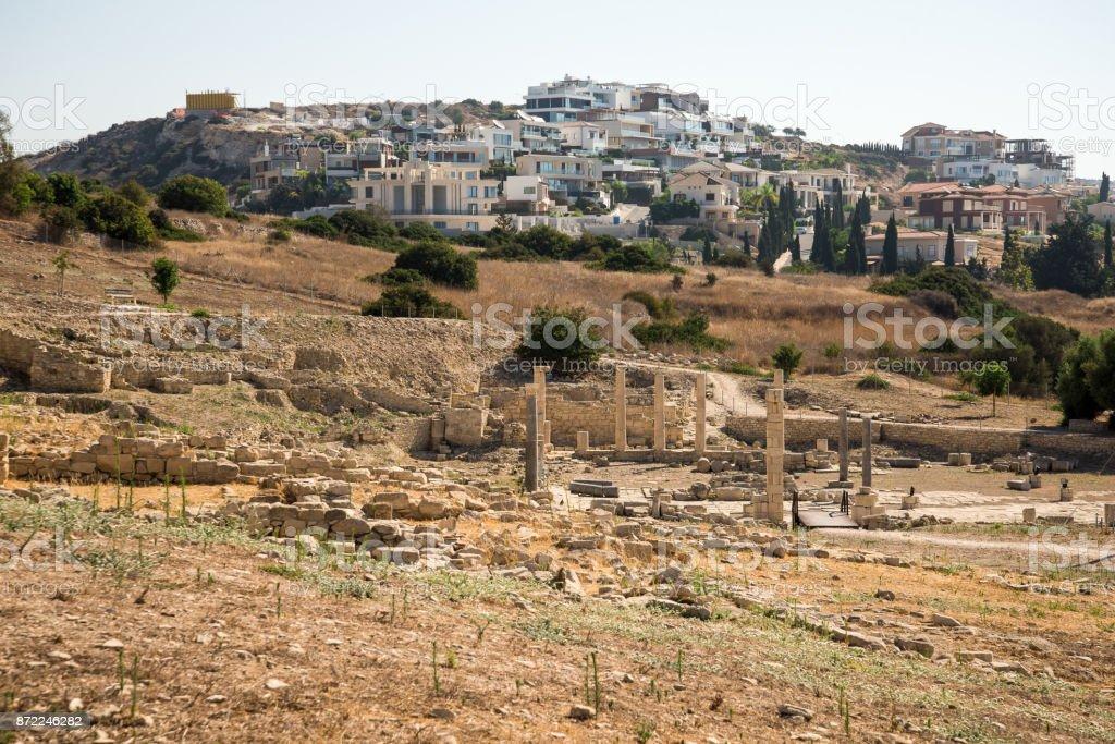 Ruinen der antiken Stadt Amathus mit modernen Wohnhäusern im Hintergrund, Limassol, Zypern – Foto