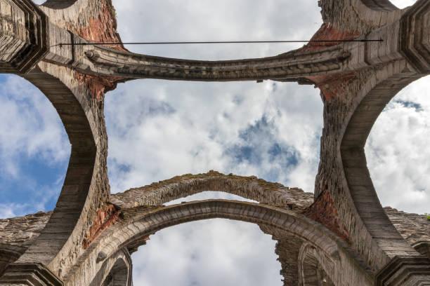 Ruinen einer mittelalterlichen Kirche. – Foto