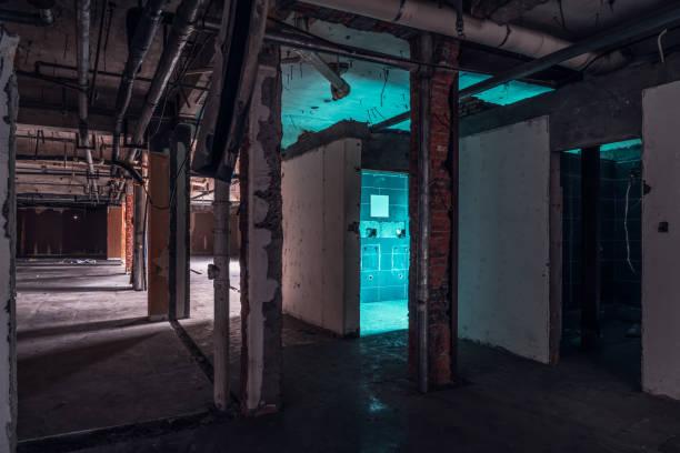 ruinen von gebäuden, düster und erschreckend verlassenen fabrikgebäude - disaster design stock-fotos und bilder