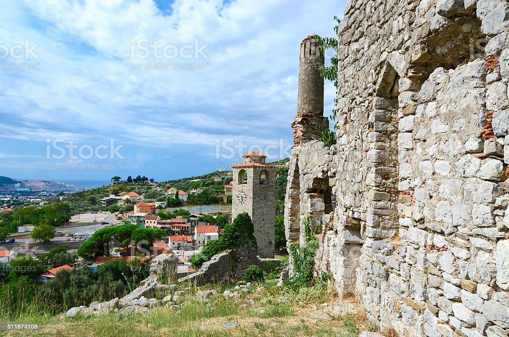 Ruinas de iglesia de St. Catherine y la torre del reloj, Bar, Montenegro - foto de stock