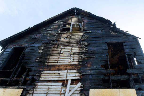 ruinerna av förstörda residence efter en villabrand - brand sotiga fönster bildbanksfoton och bilder