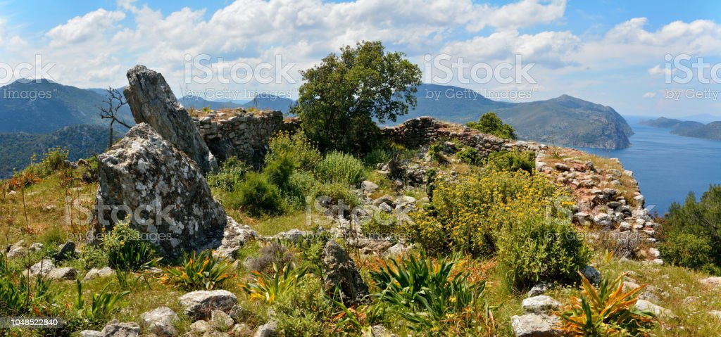 Bozburun Yarımadası'nın Türkiye'deki Hydas kalesi kalıntıları ediyor. stok fotoğrafı