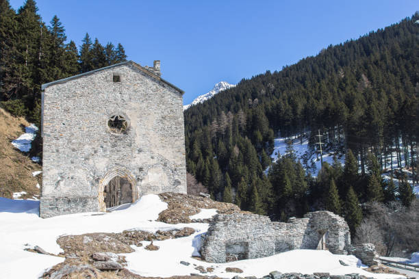 ruins of san gaudenzio in the valley bregaglia, casaccia, maloja pass, switzerland - брегалья стоковые фото и изображения