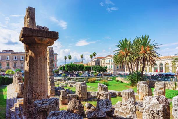 ruinen des tempels des apollo am piazza pancali in siracusa - ortygia stock-fotos und bilder