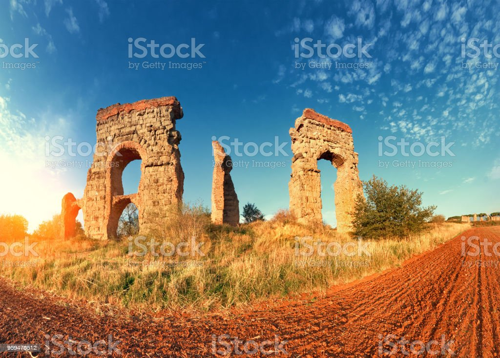 Ruins of the ancient aqueduct near Villa Quintili on Appia Way in Rome - foto stock