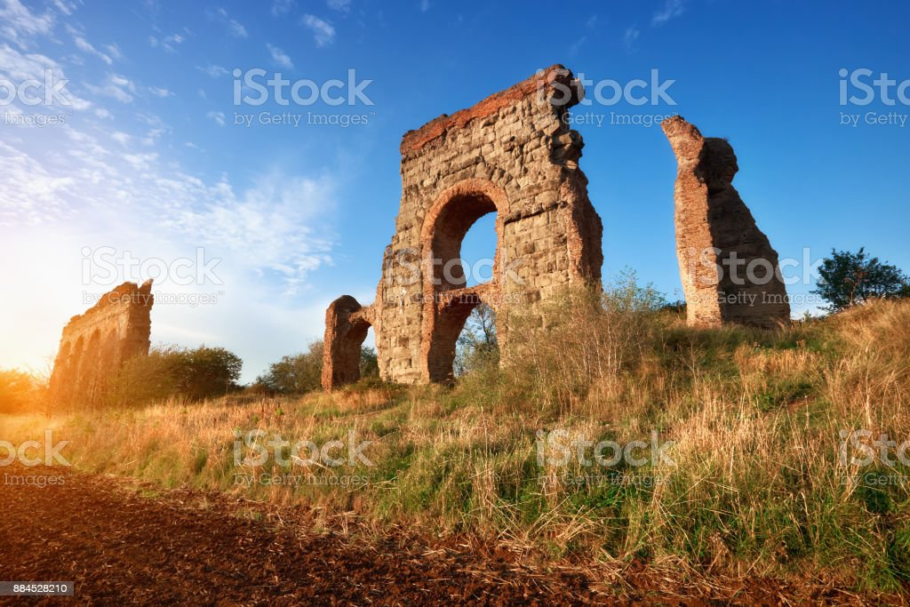 Ruins of the ancient aqueduct on Appia Way in Rome, Italy - foto stock