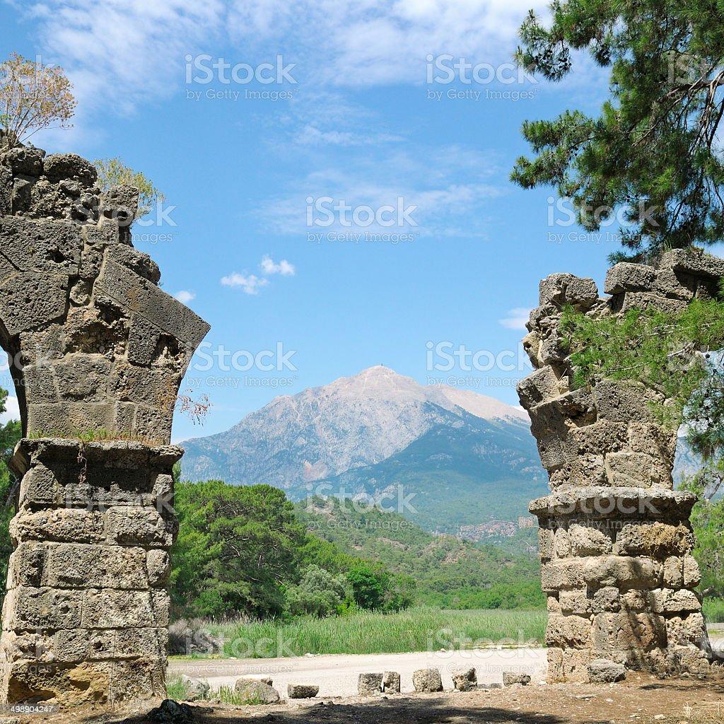 Ruinen der antiken Stadt und Olympus mountain – Foto