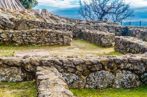 Ruinen der Häuser innerhalb der Mauern aus der Eisenzeit im 3. Jahrhundert v. Chr. im Castro Veton De El Freillo. 15. Dezember 2018. El Raso Avila Castilla Leon Spanien Europa. – Foto