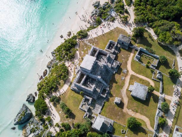 tulum, meksika riviera maya hava görünümünde karayip denizi bakan kalıntıları. - harabe stok fotoğraflar ve resimler