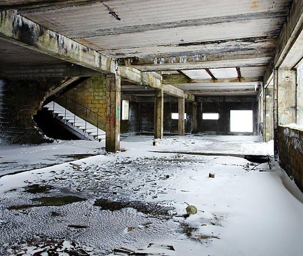 ruinen der winter snow - betonwerkstein stock-fotos und bilder
