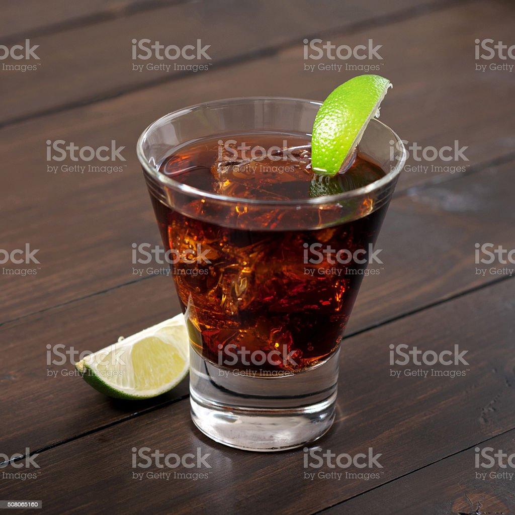 Rhum et cola cuba libre avec citron vert et glace - Photo