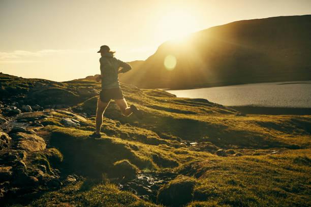 springa och hitta dig själv - jogging hill bildbanksfoton och bilder