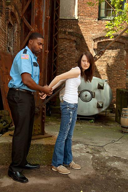 ausreißer teenager festgenommen werden von sicherheitskräften bewacht. - wächter tattoo stock-fotos und bilder