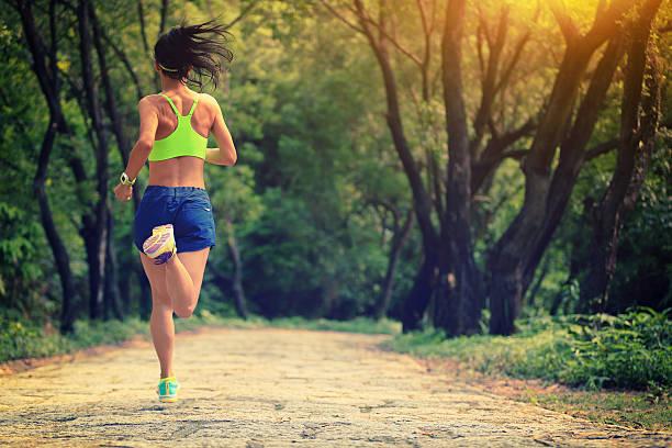 coureurs de sport jogging sur le sentier de la forêt. - brassière de sport photos et images de collection