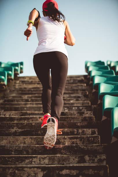 Läufer Sportler läuft auf Treppen. Frau Fitness Jogging Workout Wellness-Konzept. – Foto