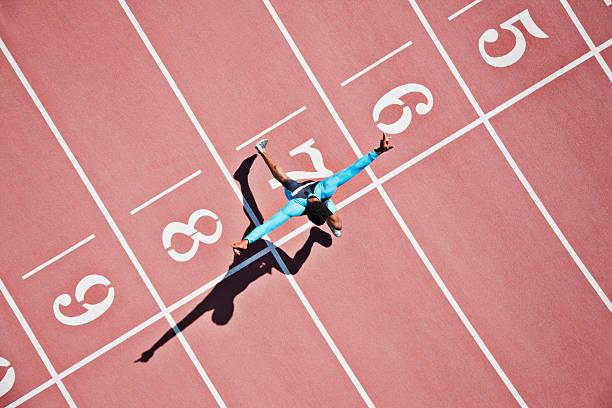 runner crossing finishing line on track - 成功 個照片及圖片檔