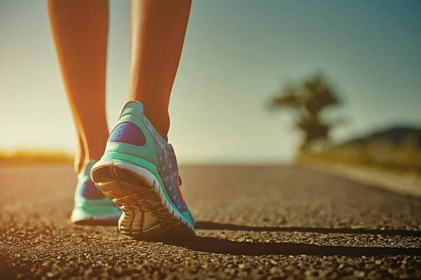 läufer füße und schuhe - straßentraining stock-fotos und bilder