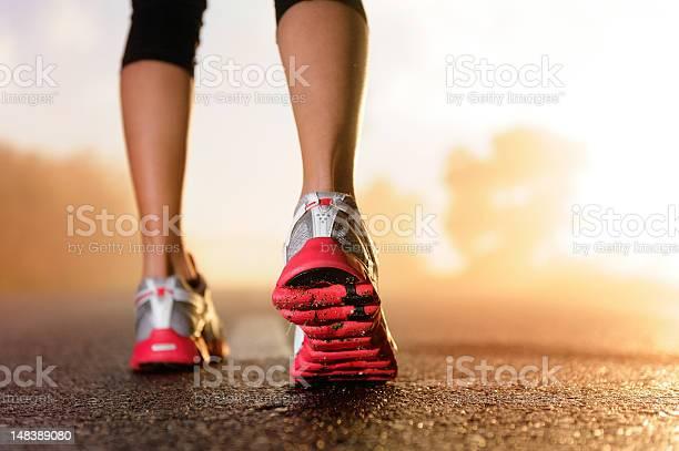 Runner Cuadradossunrise Foto de stock y más banco de imágenes de Actividad