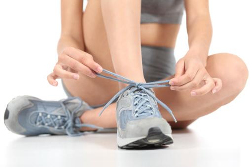 Corredor Fitness Mujer Anudar El Shoelaces Listo Para Deportes Foto de stock y más banco de imágenes de Adolescente