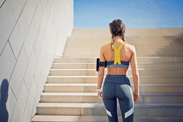 fille de coureur se prépare à monter les escaliers de la ville - fille dos photos et images de collection
