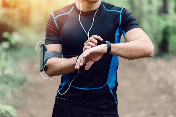 coureur dans le parc prépare pour le jogging - chrono sport photos et images de collection