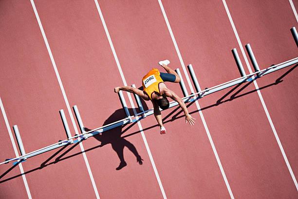Corredor de saltar obstáculos na pista - foto de acervo