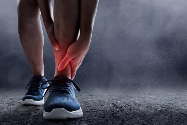 runner leg injury - caviglia foto e immagini stock