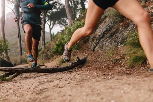 piernas de corredor en ruta de montaña - trail running fotografías e imágenes de stock