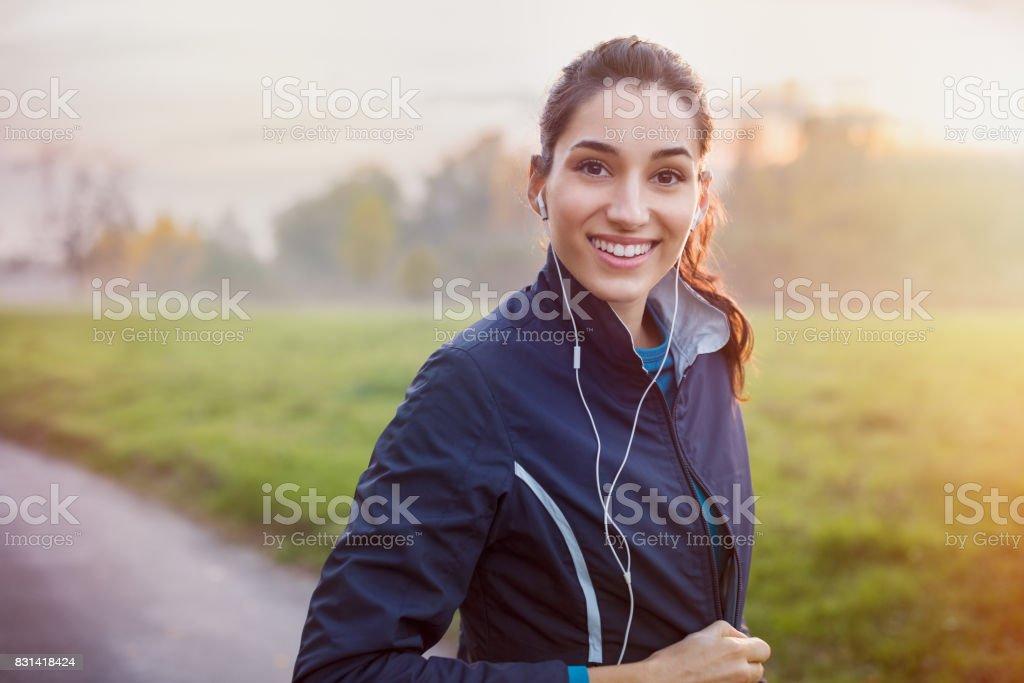 Escuchar música de corredor - foto de stock