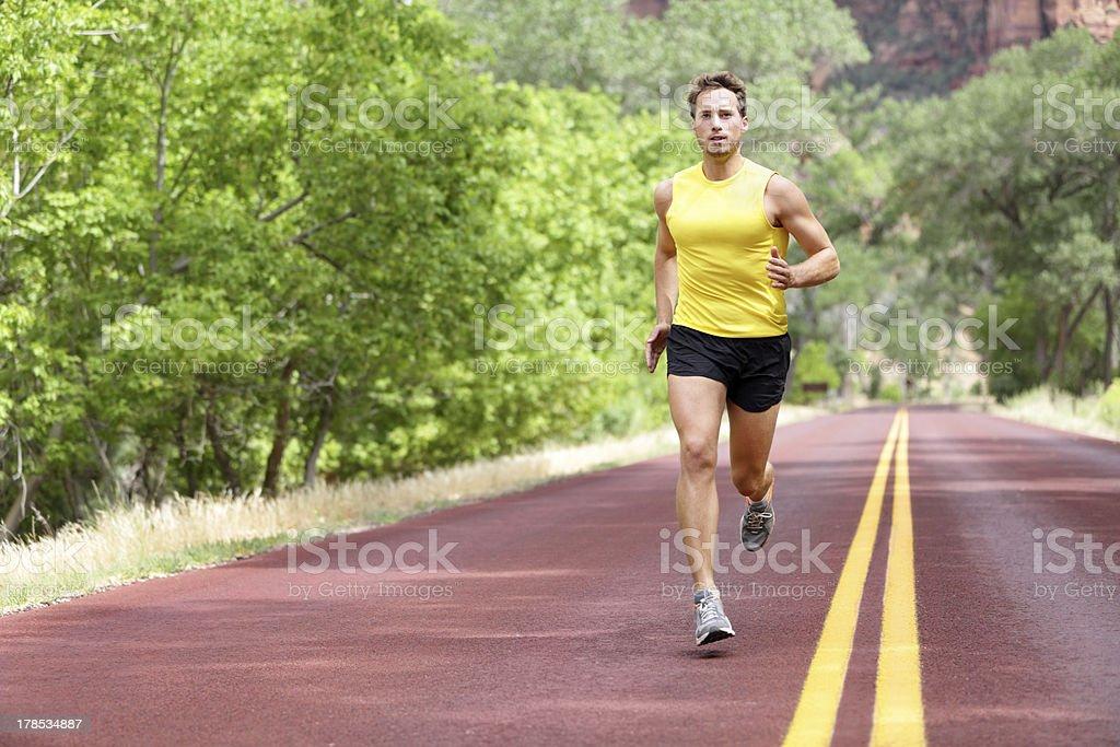 Corredor de hombre para correr en la calle - Foto de stock de 20 a 29 años libre de derechos