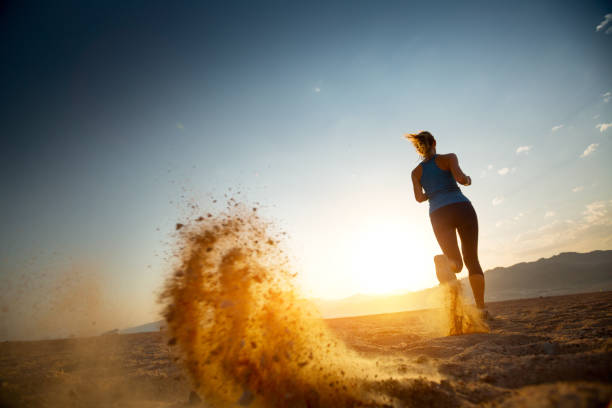 löpare - jogging hill bildbanksfoton och bilder